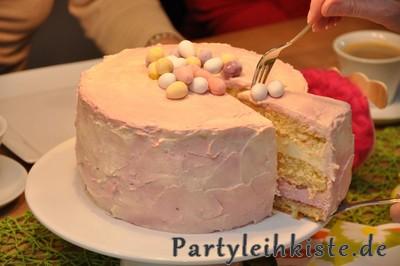 Ostertorte mit Pfirsich- und Himbeercreme - Kuchenstück