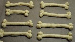 kindergeburtstag-essen-Teig-rollen-Piraten-Knochen