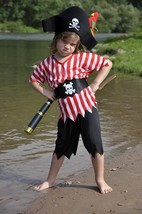 Verleihkiste Piraten | Kleiner Junge in Piratenkostüm mit Piratenhut und Piratenfernrohr