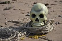 Verleihkiste Piraten | Piraten Totenkopf mit Seil und Fischernetz am Strand