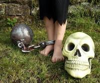 Pirat mit Fussfessel und Totenkopf